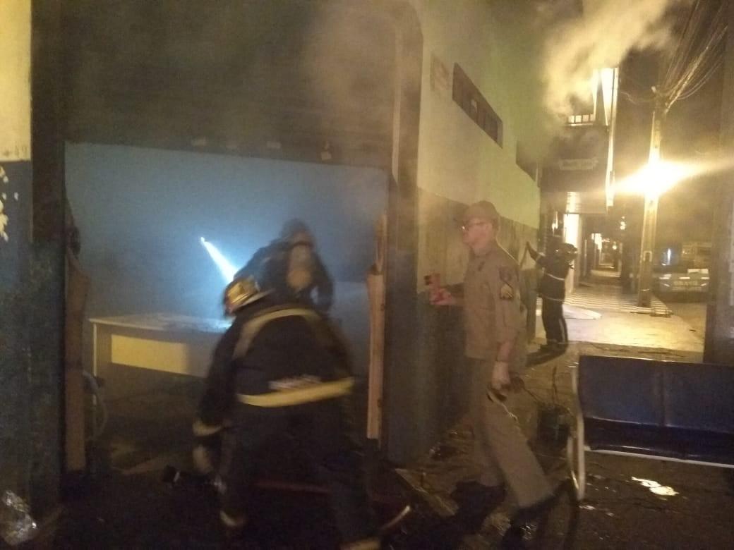 Imobiliária pega fogo e uma pessoa é encontrada morta