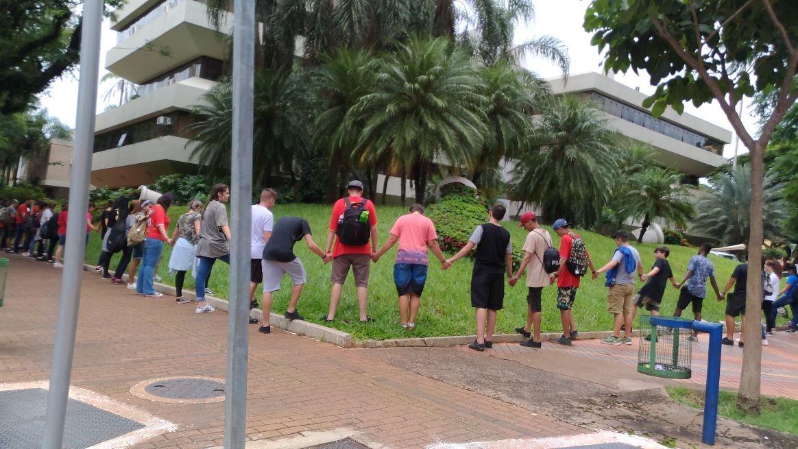 Adolescentes abraçam a Prefeitura de Maringá