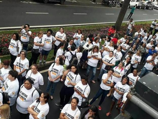 Manifestantes protestam contra reforma e invadem escritório de ministro