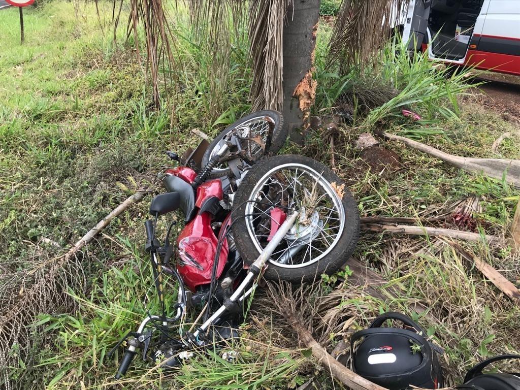 Motociclista perdeu o controle da moto e bateu contra uma árvore (foto: Samu Aéreo)