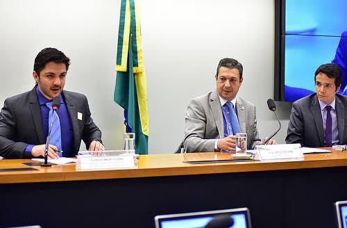 À esquerda, vereador Flávio Mantovani | Foto: Zeca Ribeiro/ Câmara dos Deputados
