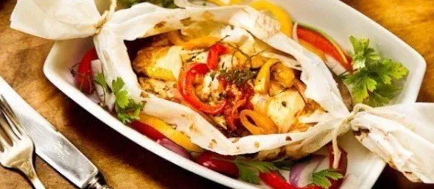 Papelote de peixe com legumes é receita leve para o verão