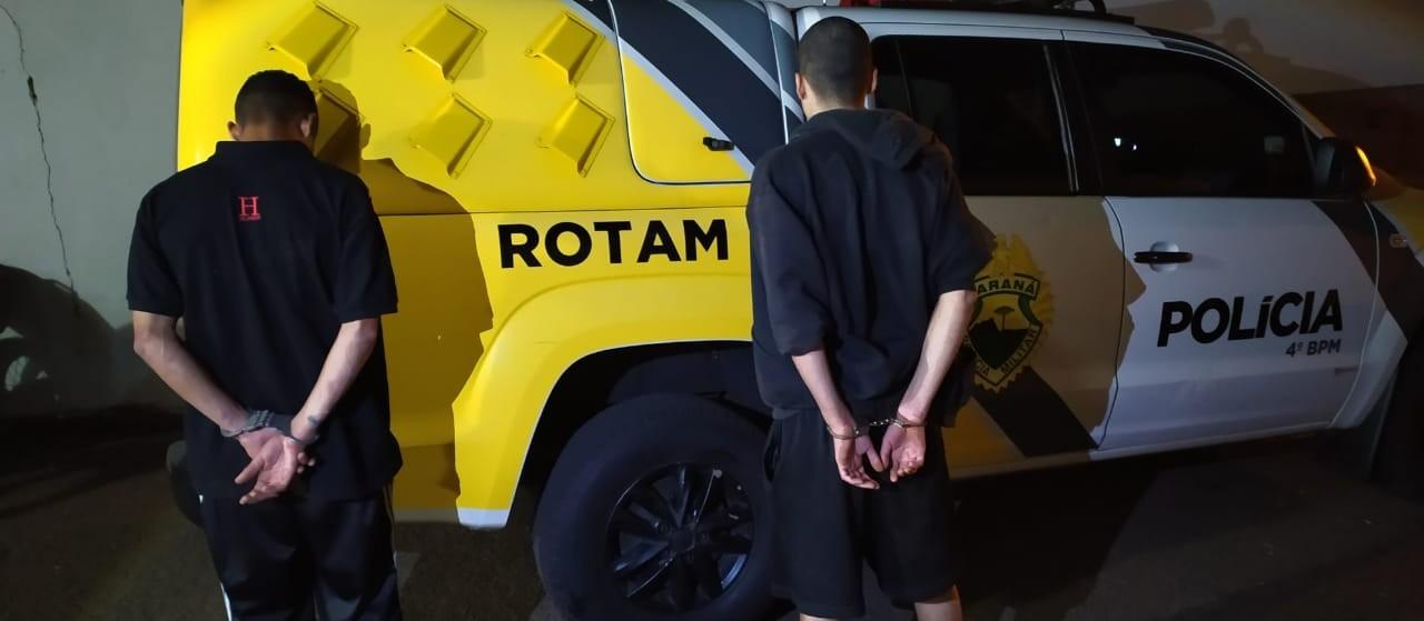 Suspeito de tráfico vê polícia, foge para dentro de casa, mas é preso com colega