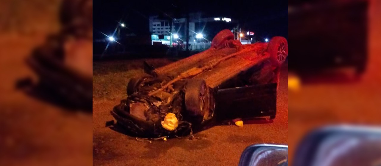 Carro capota e duas pessoas ficam feridas em Maringá