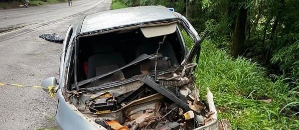 Acidente entre carreta e dois veículos deixa dois mortos na PR-323
