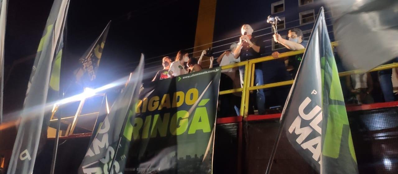Cercado de apoiadores, Ulisses Maia comemora a reeleição no primeiro turno