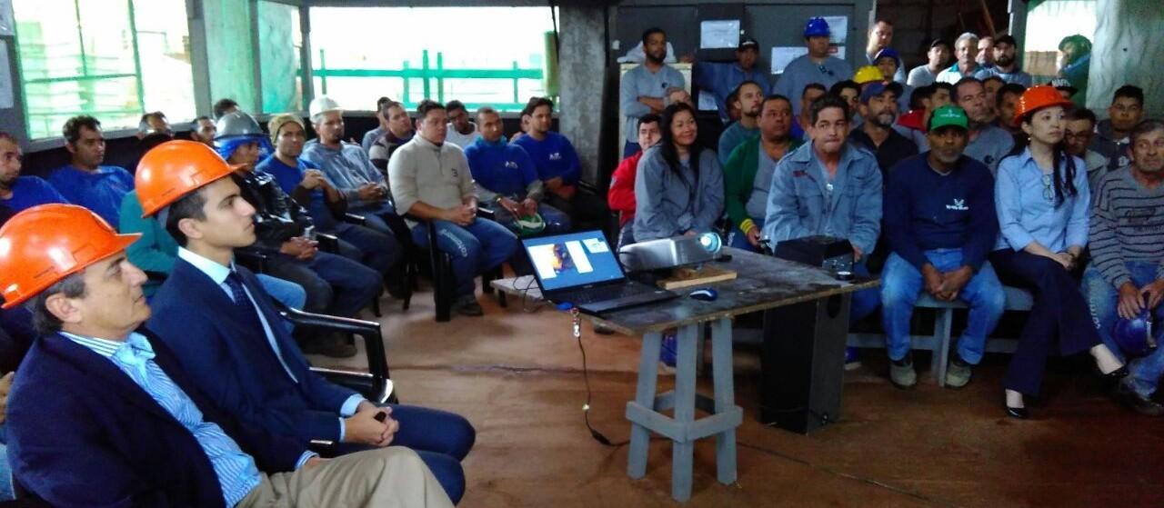 Em tarde diferente, operários de obra em Maringá aprendem a 'reconstruir' o Brasil