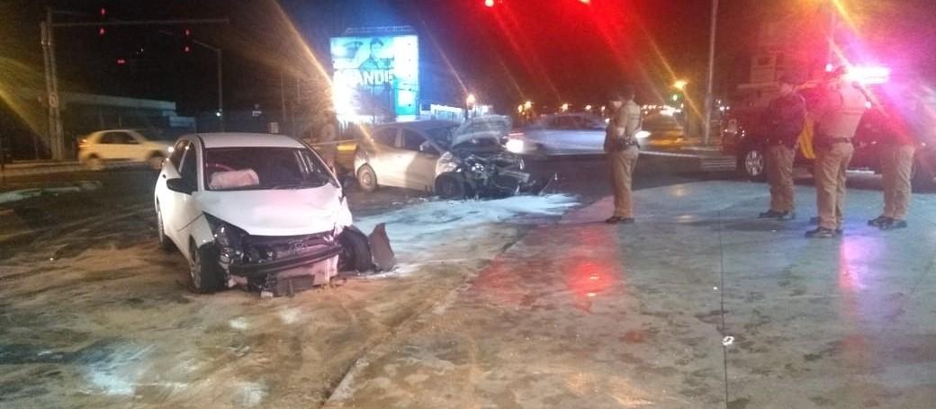 Batida entre veículos nesta madrugada deixa feridos