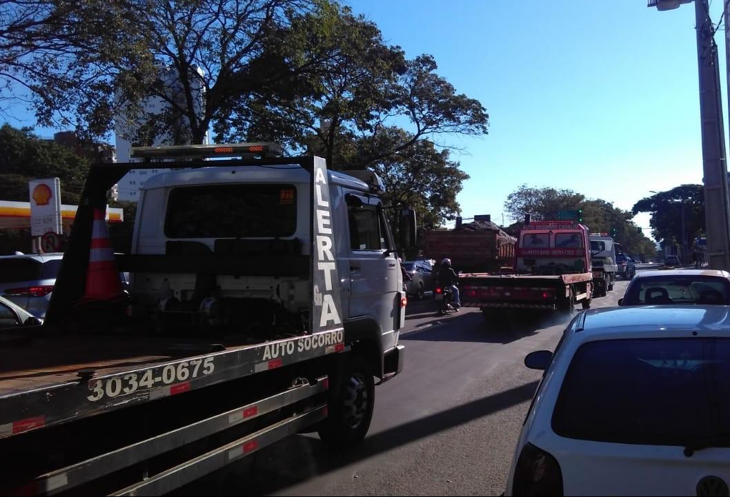 Motoristas de guincho fazem ato em solidariedade aos caminhoneiros