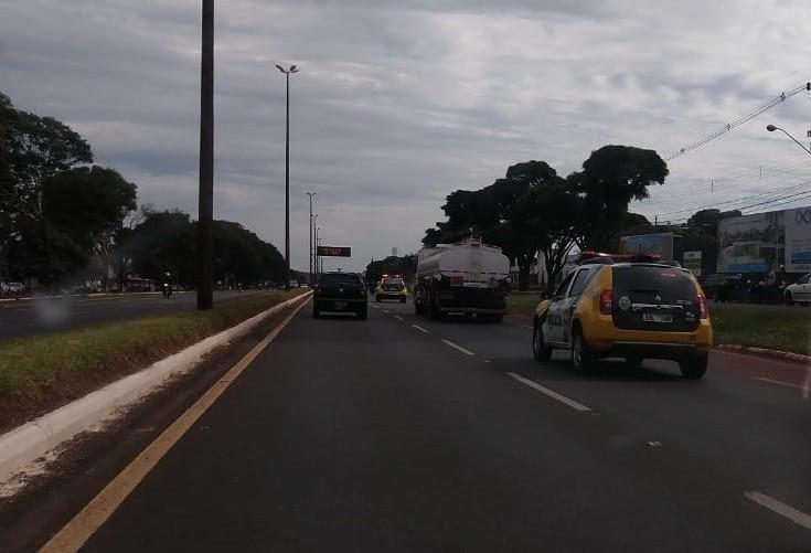 Viaturas policiais escoltam caminhão-tanque na BR-376