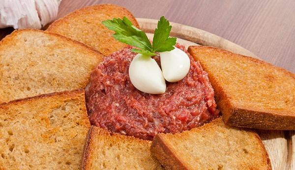 Carne de onça: prato preparado com carne bovina e pão