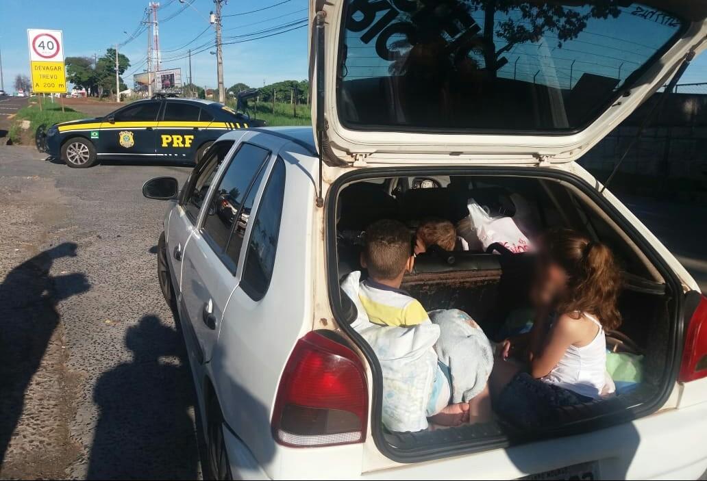Família viajava com sete pessoas no carro e crianças no porta-malas