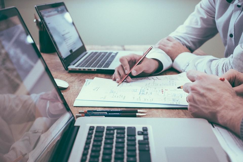 Seria viável trabalhar numa empresa e prestar consultoria em outras?