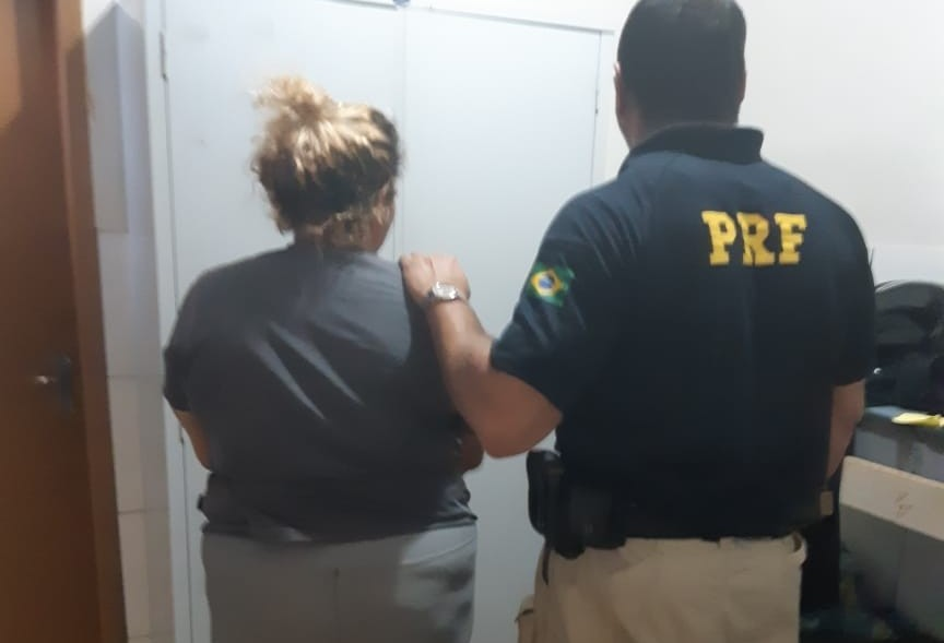 Mulher é presa por tráfico de drogas e falsidade ideológica após ir à polícia