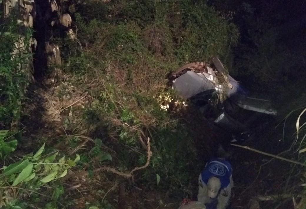 PR-551: carro capota, cai em ribanceira e uma pessoa morre