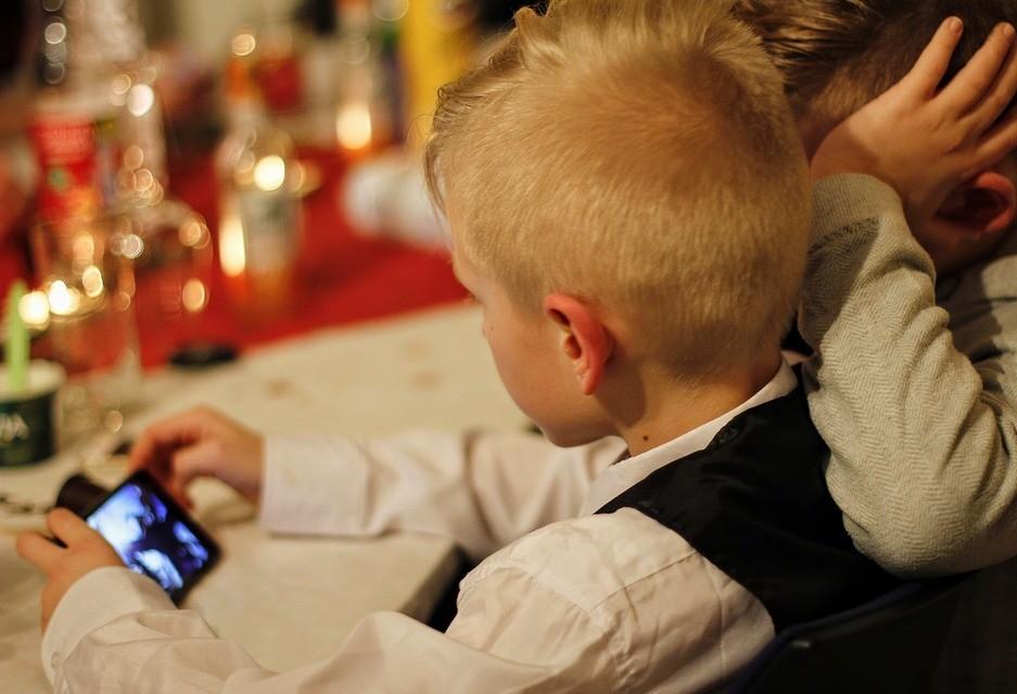 Uso excessivo de smartphones é prejudicial a crianças