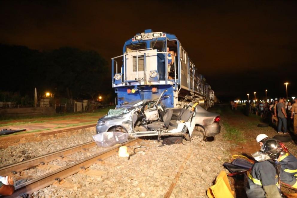 Duas mulheres ficam presas às ferragens após batida entre carro e trem