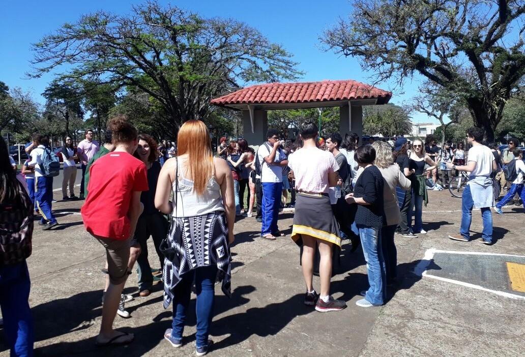 Ato contra a homofobia é realizado em frente ao Instituto Estadual de Educação