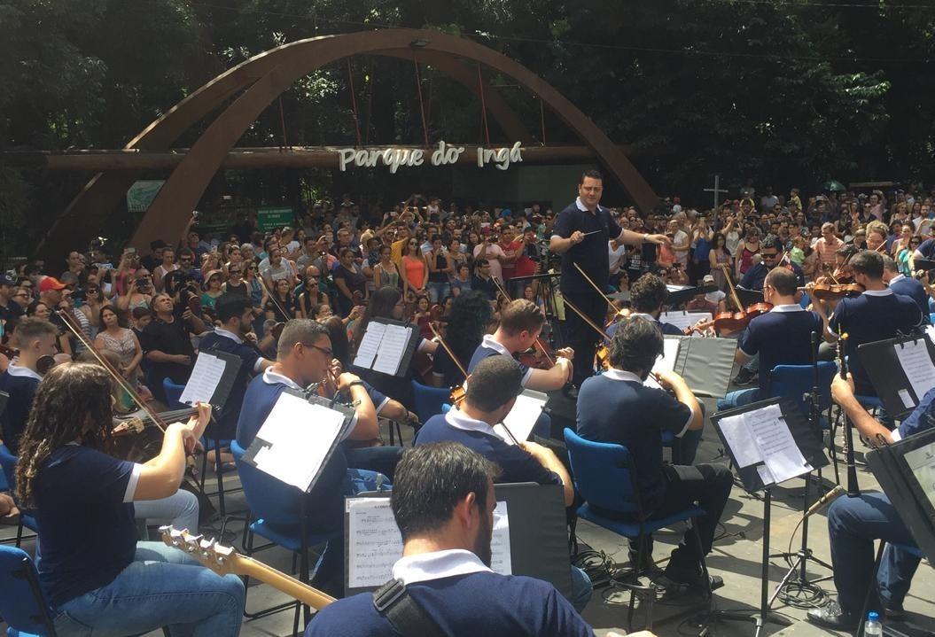 Orquestra faz concerto ao ar livre no Parque do Ingá
