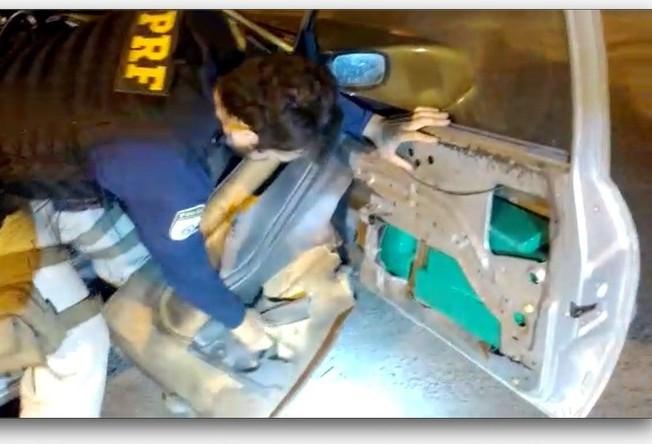 PRF apreende 25 Kg de maconha escondida em portas de veículo