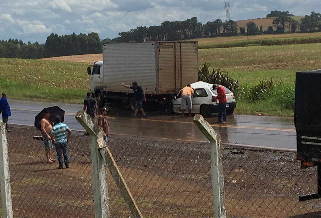 Acidente entre carro e caminhão deixa vítimas presas às ferragens