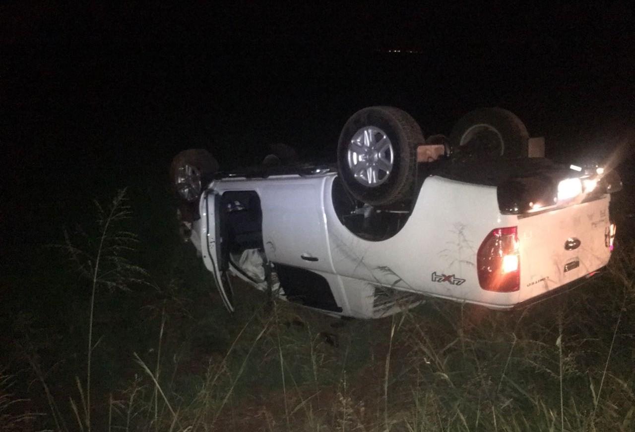 Motorista perde controle da direção e capota veículo