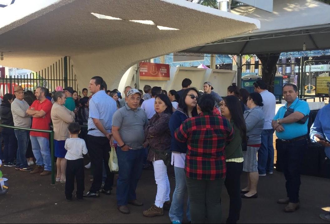 Público faz fila na entrada  do parque de exposições, para a Expoingá