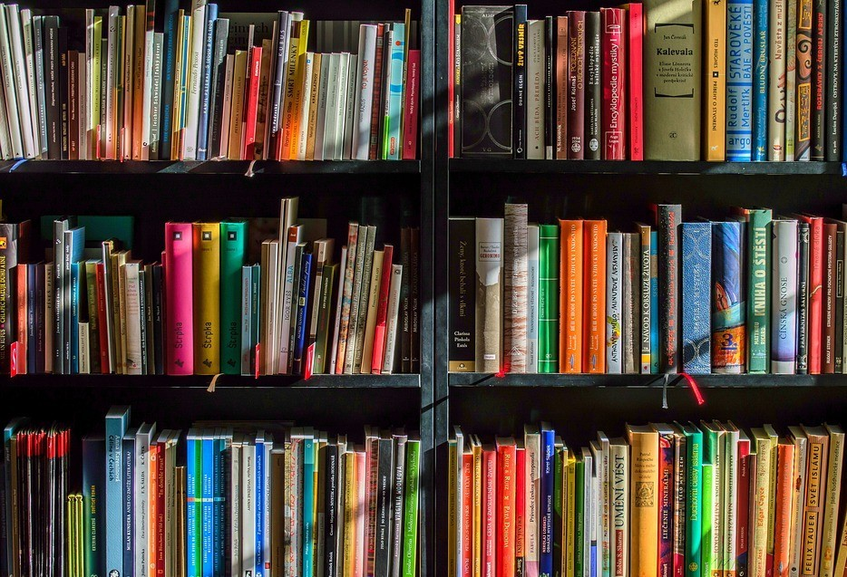 UEM realiza feira de livros