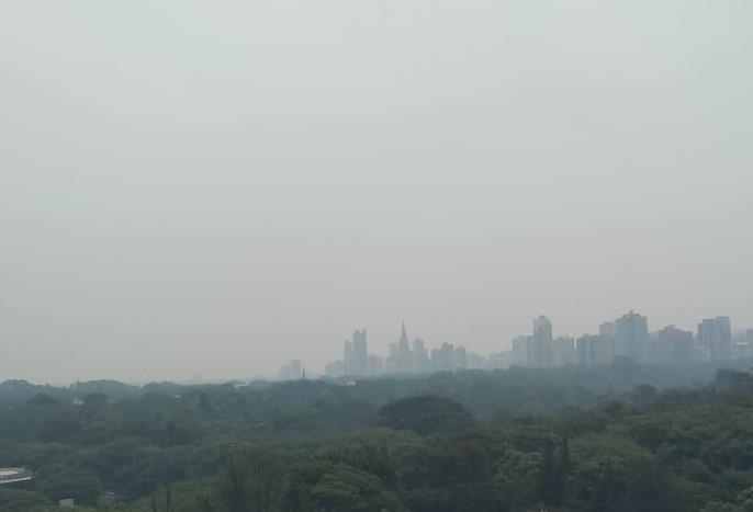 Céu de Maringá é coberto por 'fumaça' e chama atenção