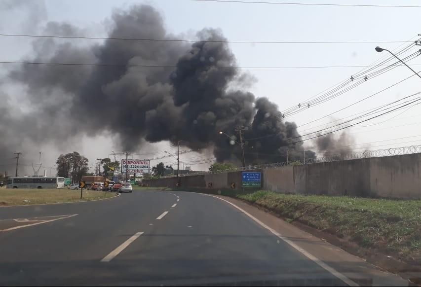 Barracão de fábrica de estofados pega fogo em Maringá