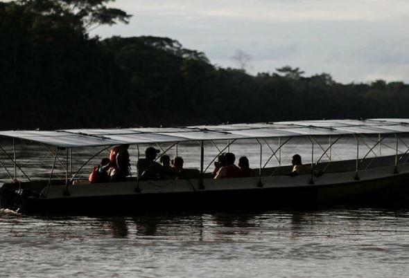 Canoa solar ajuda comunidade a navegar sem gasolina na Amazônia