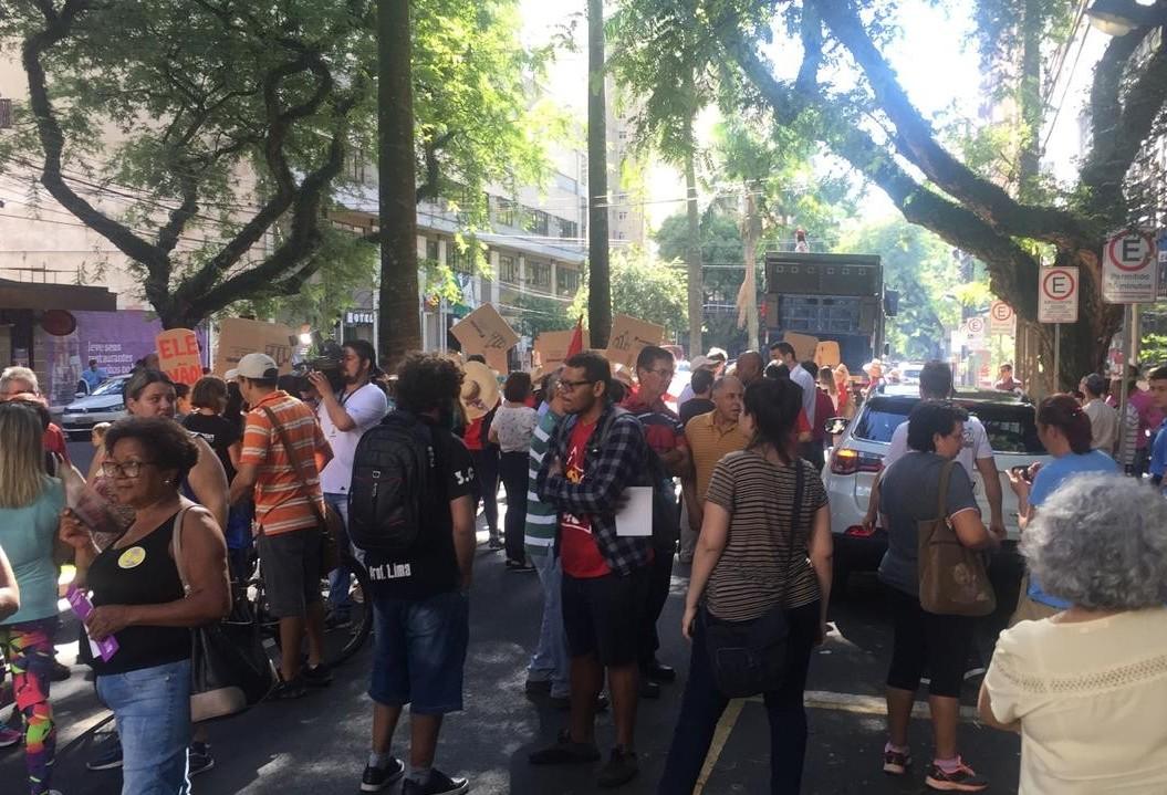 Manifestantes protestam contra mudança nas regras