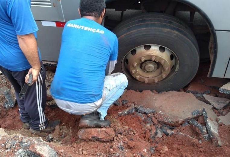 Asfalto cede em Sarandi após rede de esgoto romper, diz prefeitura