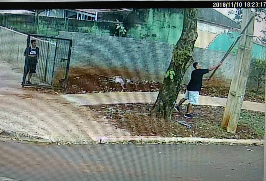 Vândalo tenta, mas não consegue quebrar câmera da UEM