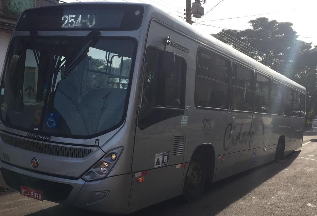 Asfalto cede e dois ônibus ficam presos em buraco