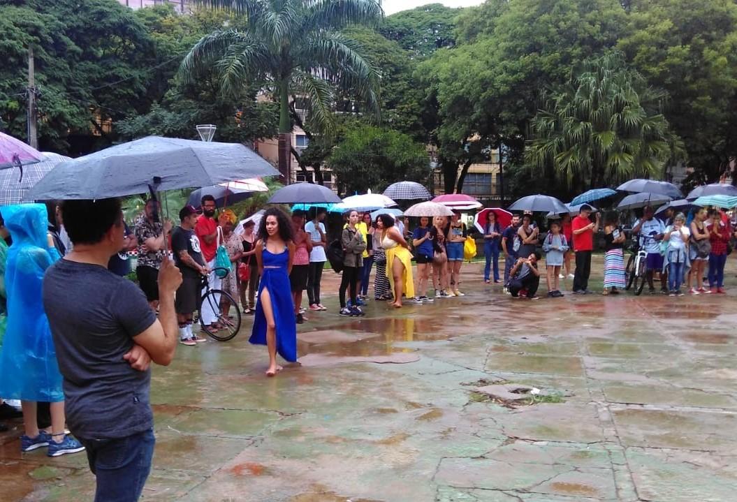 Debaixo de chuva, ato em memória de Marielle é realizado em Maringá