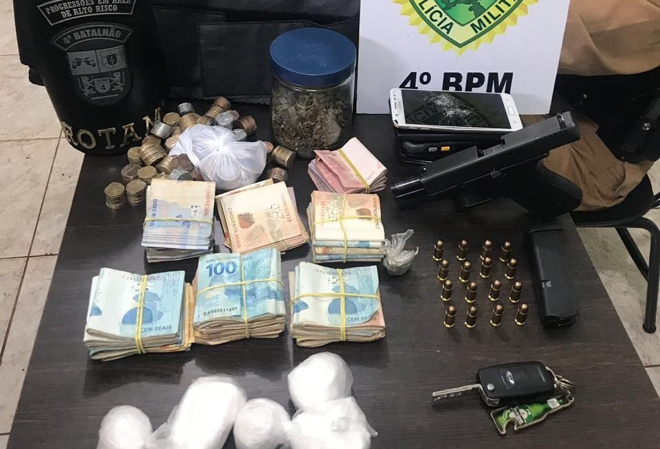 Homem é preso com drogas, pistola, colete balístico e mais de R$ 20 mil