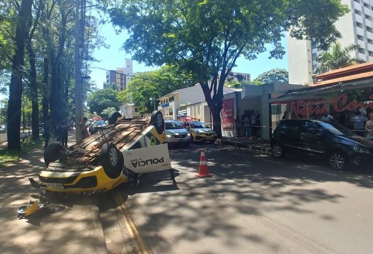 Viatura da PM capota perto da UEM e dois policiais ficam feridos
