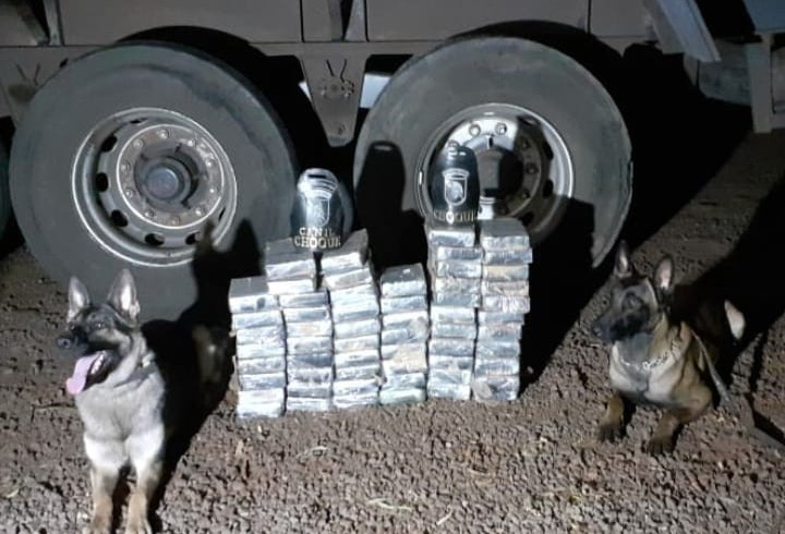 Motorista de caminhão é preso com 58 tabletes de pasta base de cocaína