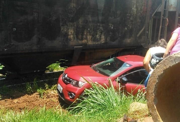 Duas mulheres ficam feridas em colisão entre carro e trem