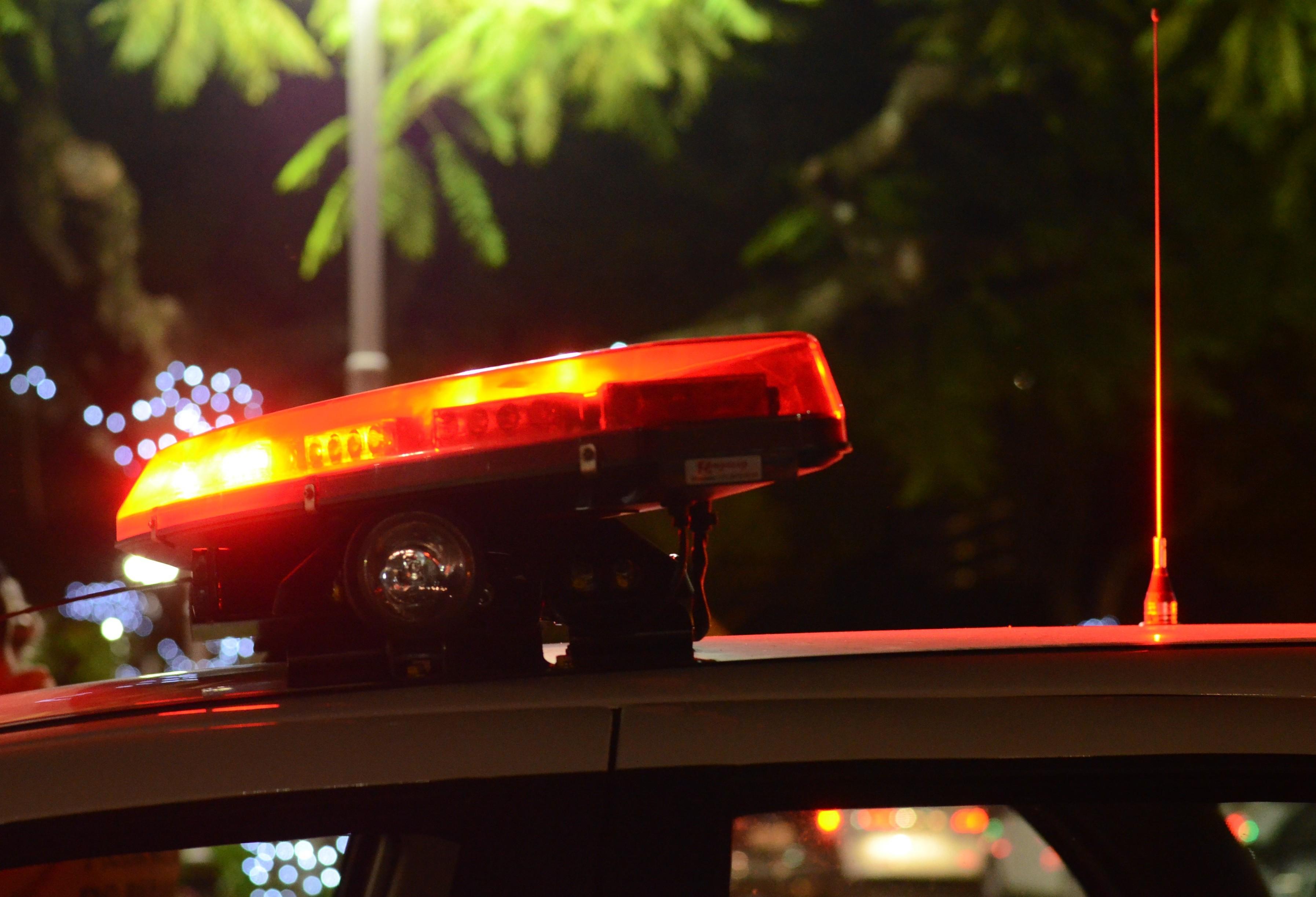 Homem morre após tentar atropelar policiais