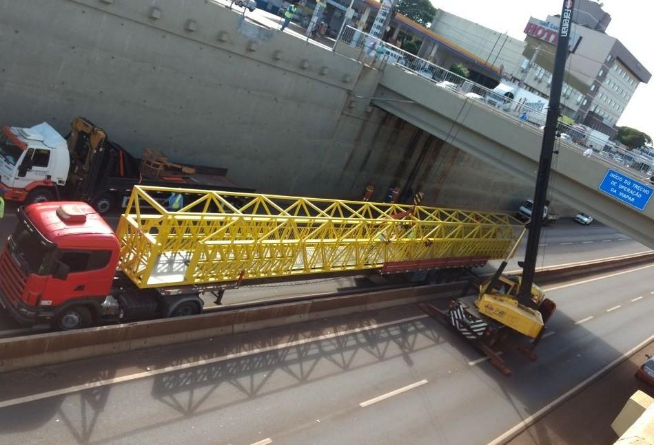 Trânsito na BR-376 é desviado para instalação de passarelas