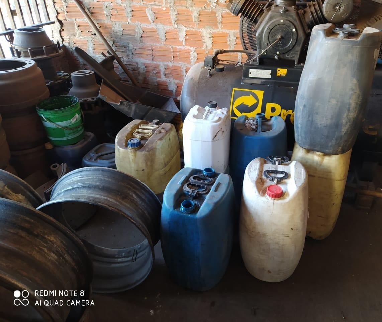 Polícia fecha oficina que vendia combustíveis irregularmente