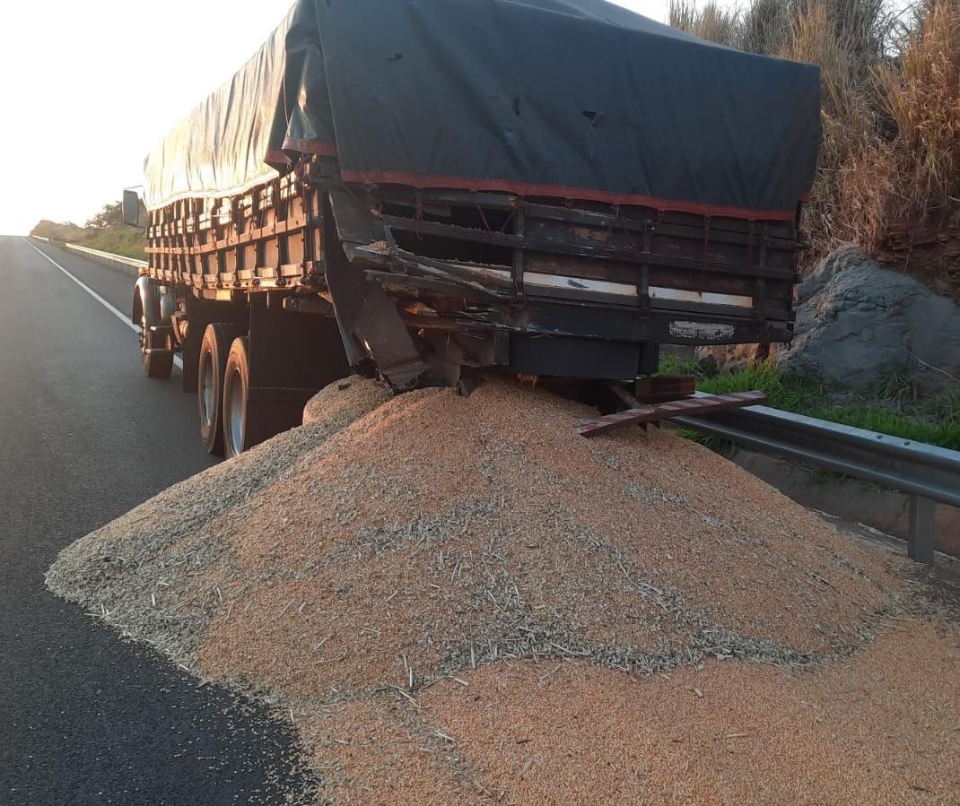 Acidente entre dois caminhões espalha carga em rodovia