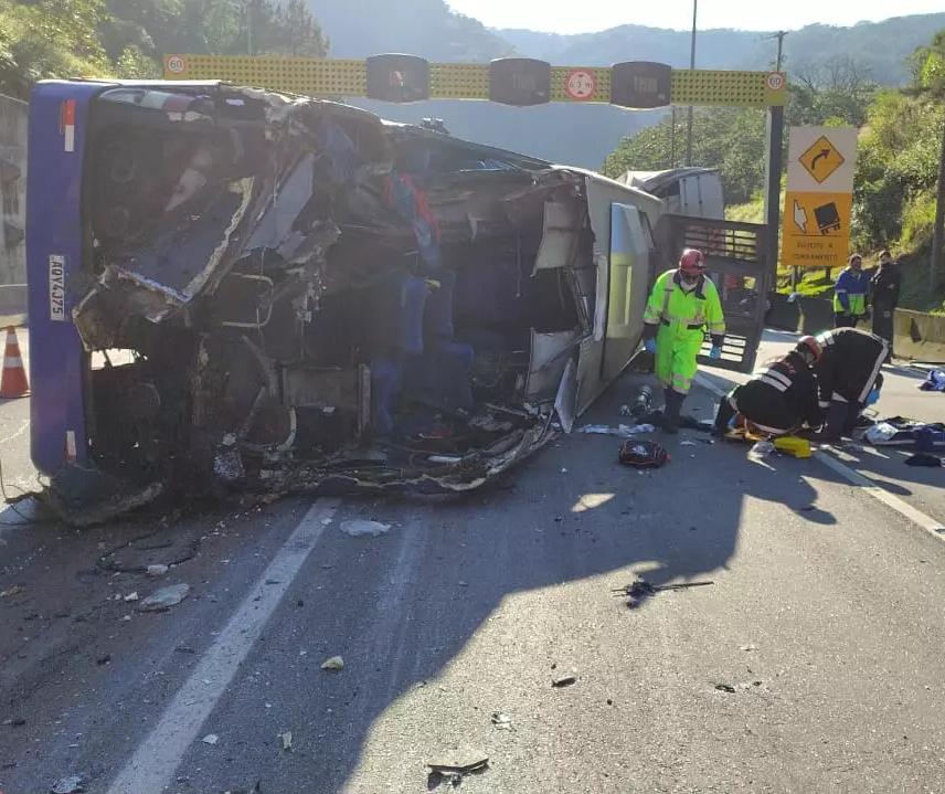 Acidente com ônibus do time de futsal de Umuarama mata 2 pessoas e deixa 10 feridos, diz PRF