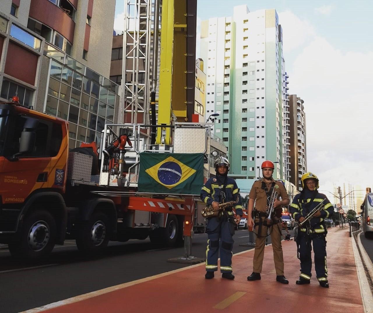 Bombeiros fazem 'serenata' em Maringá e emocionam moradores