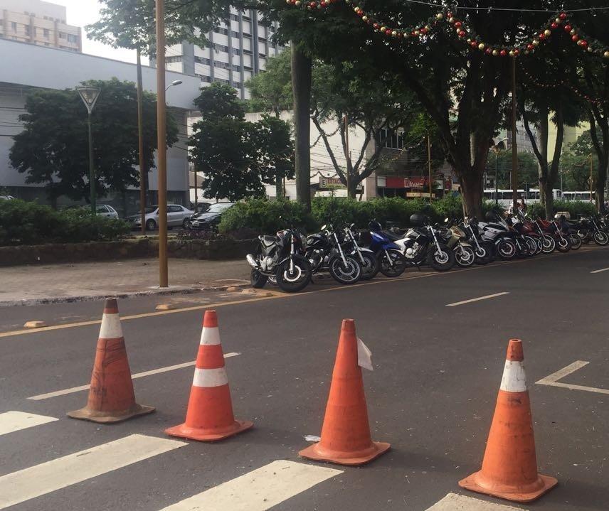 Decoração natalina prejudica tráfego de caminhões na Avenida Getúlio Vargas