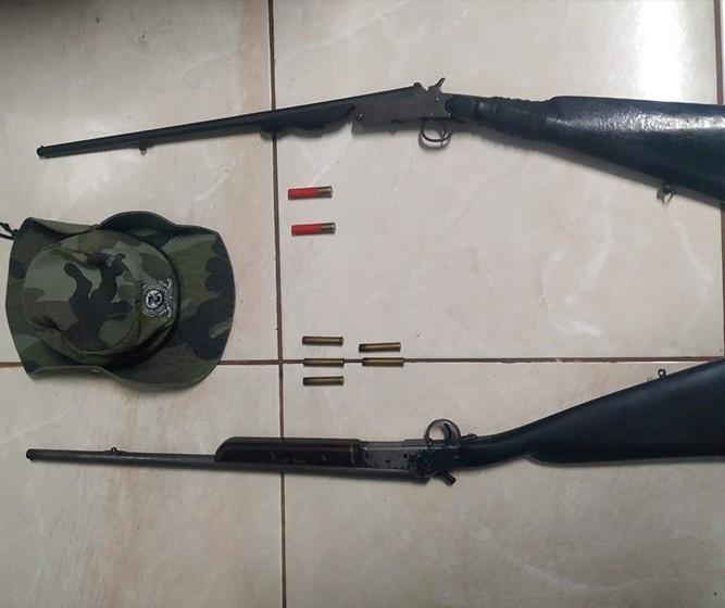 Dupla é presa com espingardas após denúncia de caça de animais silvestres