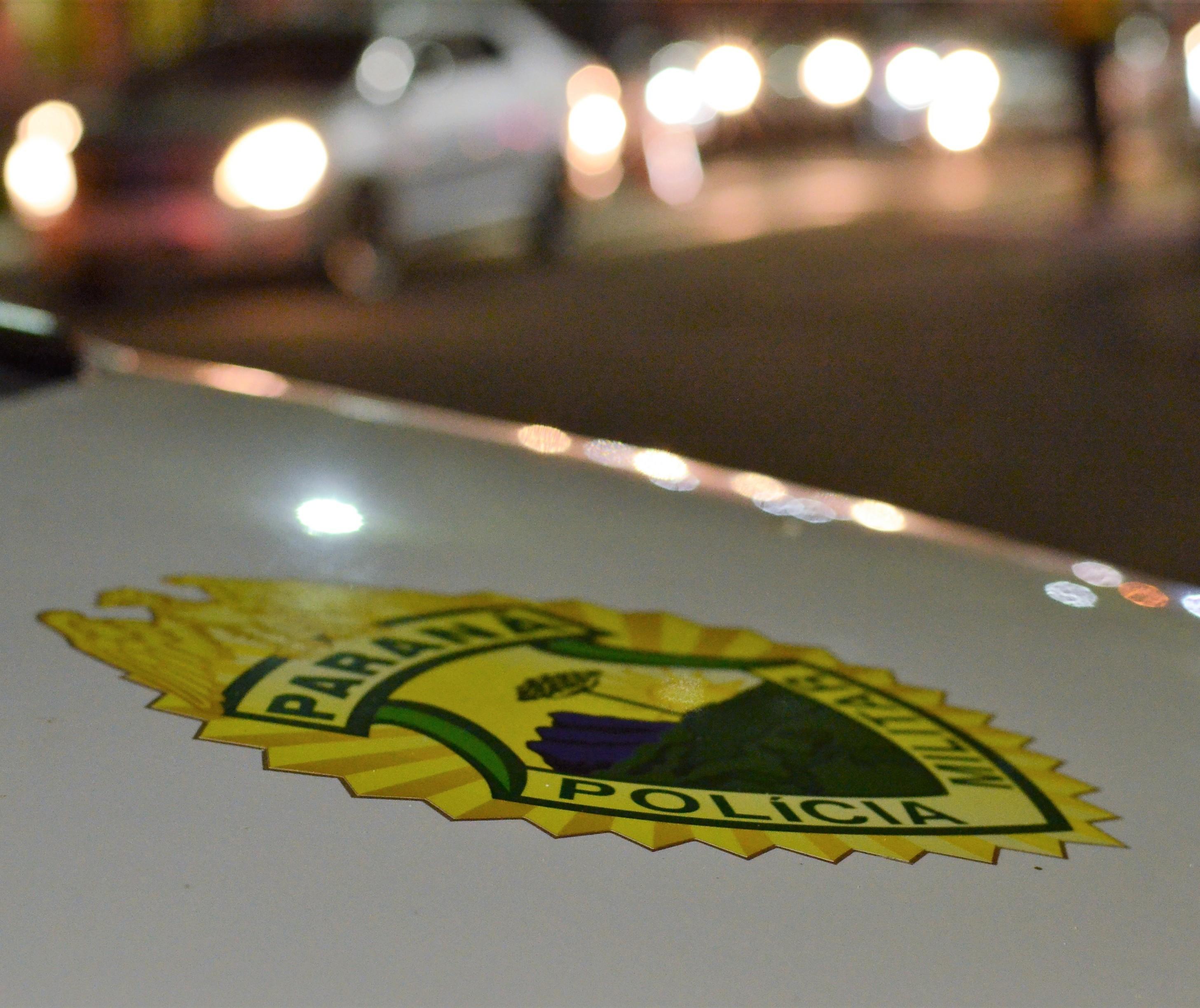 Após fugir da PM e subir em telhado, jovens são presos por tráfico de drogas
