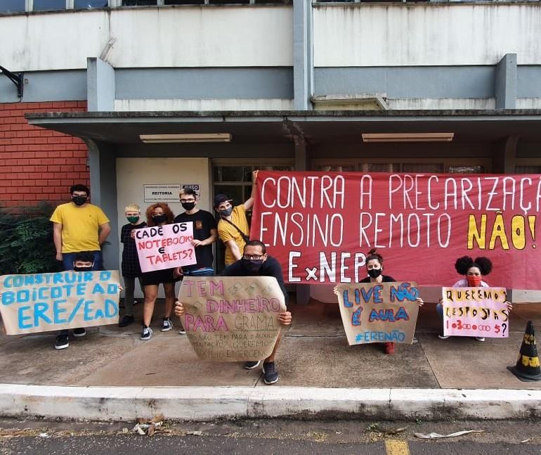 Estudantes da UEM entregam carta de reivindicações para reitor